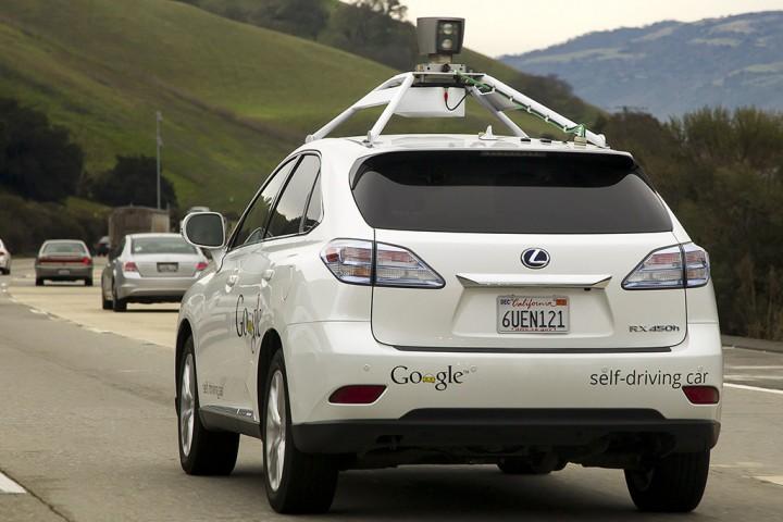 Беспилотный автомобиль Google на загородной трассе