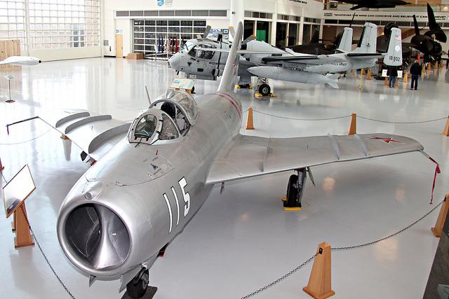 Истребитель первого поколения МиГ-17