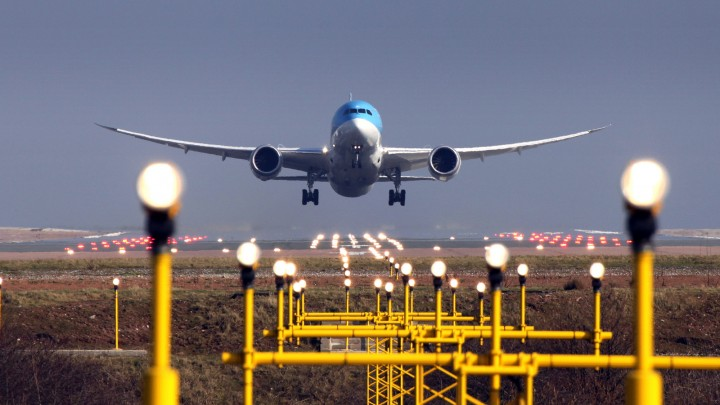 boeing-787-takes-off